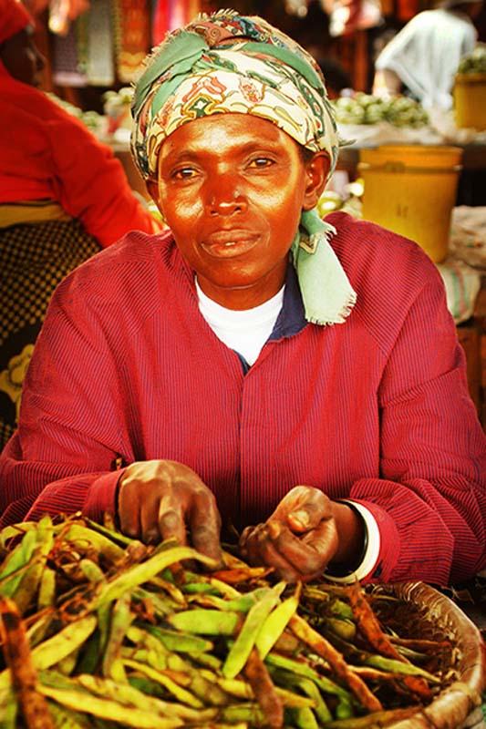 Marktfrau verkauft Bohnen, Kigali Markt, Ruanda