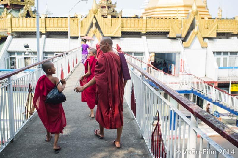 Mönche gehen zur Sule Pagoda, Yangon, Myanmar
