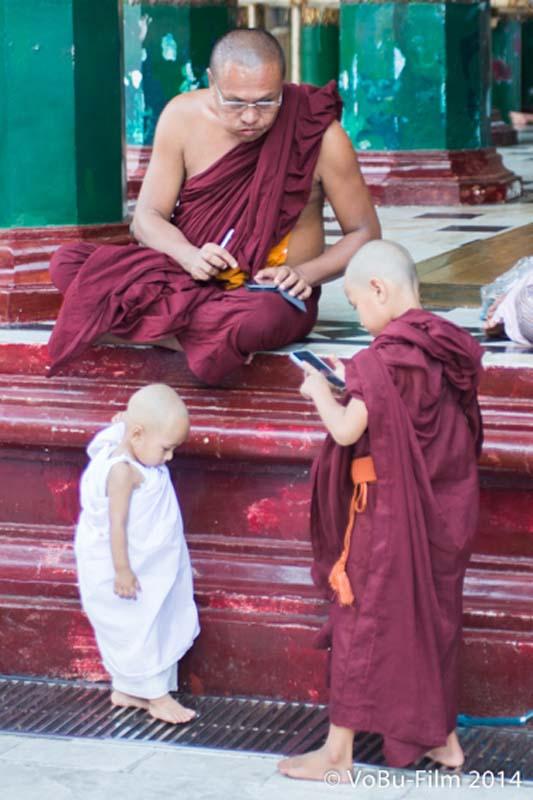 Mönche und die Technik, Shwedagon Pagoda, Yangon, Myanmar