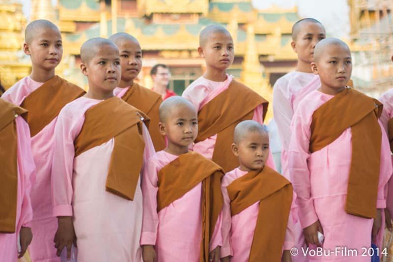 Junge Nonnen bei der Shwedagon Pagoda, Yangon, Myanmar