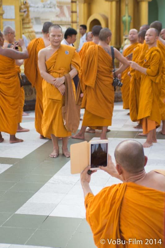 Technik und Mönche, Shwedagon Pagoda, Yangon, Myanmar