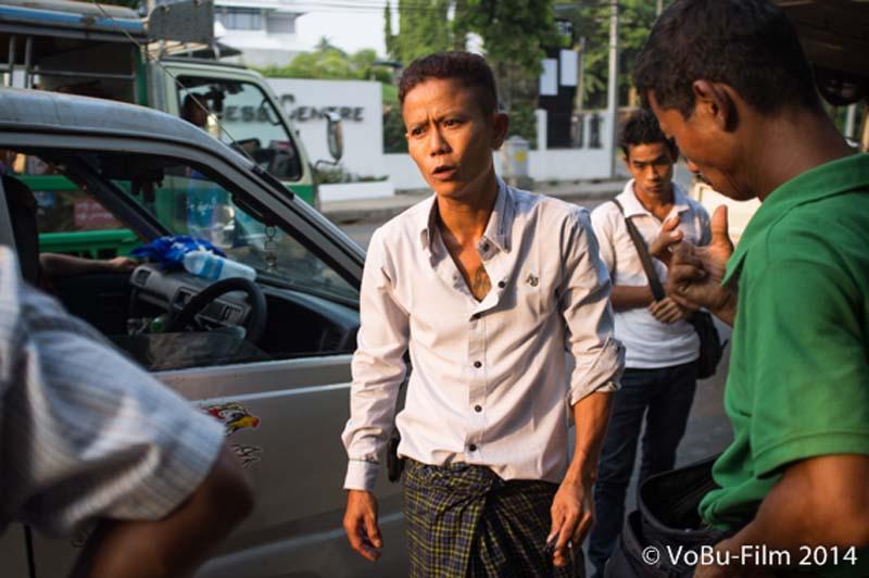 Typ diskutiert nach Autounfall, Yangon, Myanmar