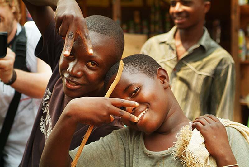 Zwei Jungs in Hip Hop Pose, Kigali Markt, Ruanda