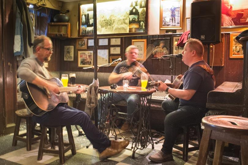 Musiker-in-Seans-Bar-Athlone