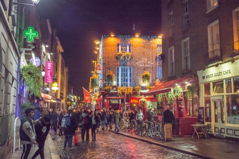 Strasse-am-Abend-in-Dublin